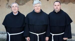 fr. Marco Tasca, ministru general (în mijloc), fr. Joaquin Angel Agesta Cuevas, asistent CIMP (stânga) şi fr. Emilian Cătălin (dreapta)