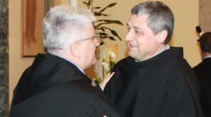 Fr. Marco Tasca, ministru general (stânga), îl felicită pe fr. Giovanni Voltan, noul ministru provincial al Provincii italiene Sf. Anton de Padova