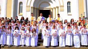 Grupul de copii care au primit Prima Împărtășanie