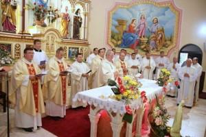 Presfințitul Aurel Percă și o parte din preoții concelebranți