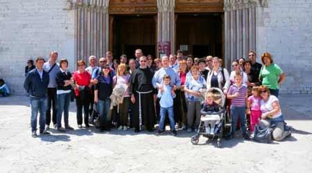 Pr. Ciprian Ghiurcă, credincioşi ai comunităţii române din Pordenone şi pr. Andrei Ficău