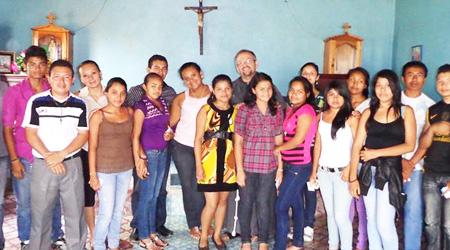 Pr. Marius Bâlha în mijlocul tinerilor din Honduras